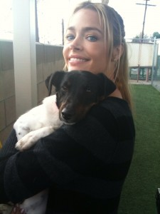 Denise Richards photo avec son chien sur Twitter